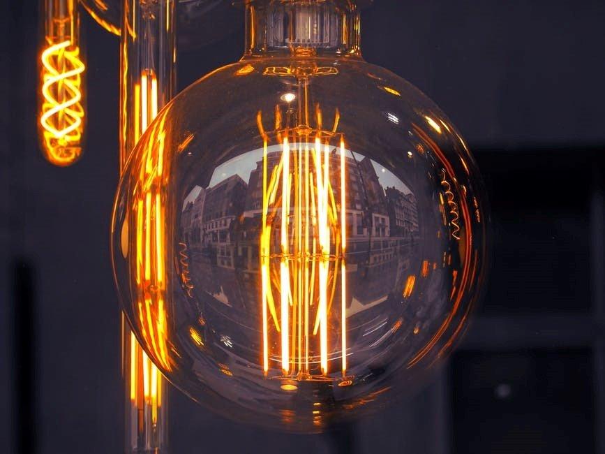 Close up foto van een LED gloeilamp met grote glazen bol