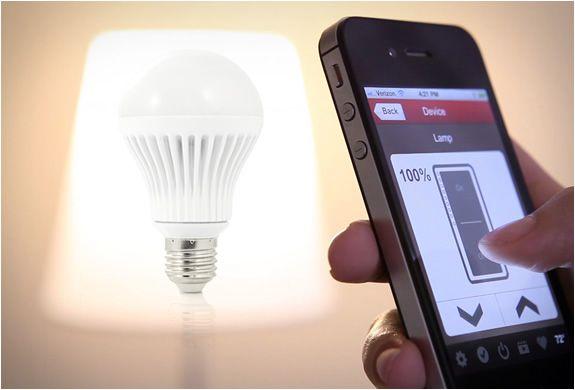 Een telefoon die gebruikt wordt om een lamp van afstand te bedienen
