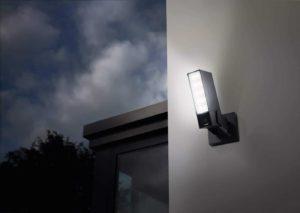 Grote zwarte LED lamp die zowel dient voor zowel beveiliging als voor licht