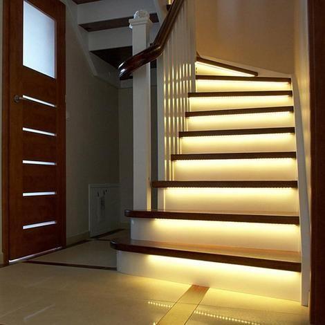Sensorlampen onder de trap die aangaan zodra je de op de trap loopt