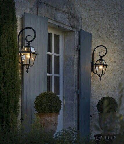 Twee mooie zwarte lantaarn lampen aan de buitenkant van een voordeur
