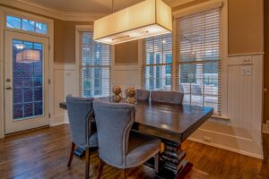 Een knusse woonkamer met een mooie hanglamp boven de salontafel