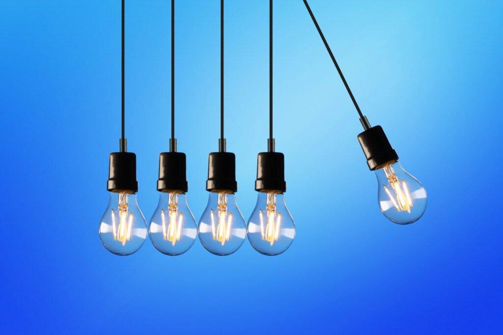 Een aantal LED lampen die tegen elkaar aan hangen op een blauwe achtergrond