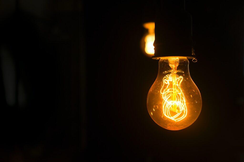 Een close up van een LED lamp in het donker