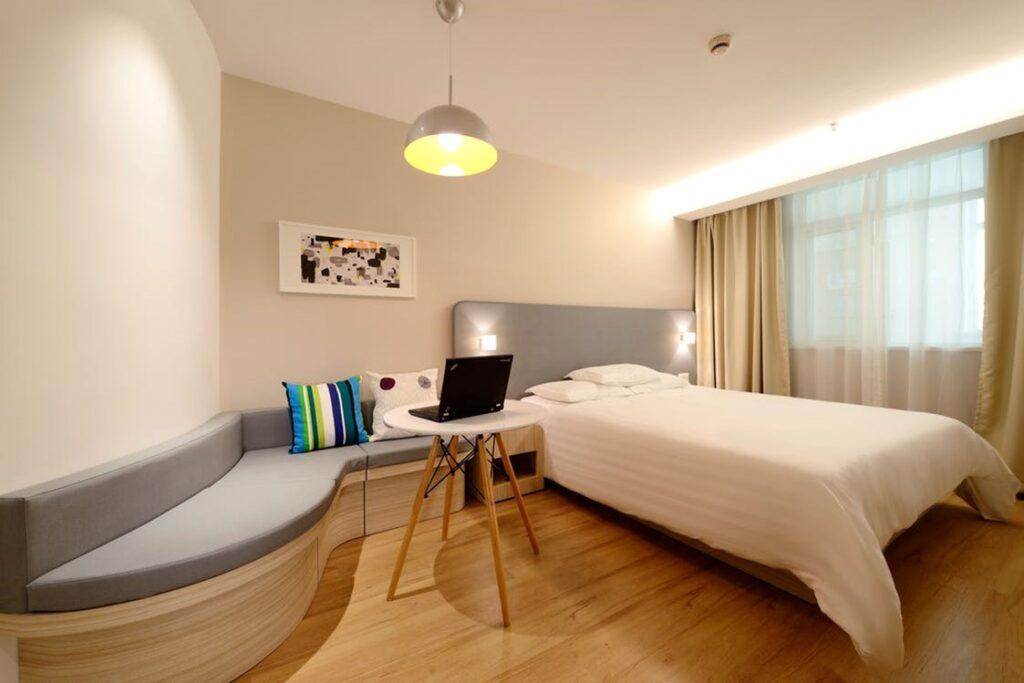 Een slaapkamer verlicht met verschillende lampen