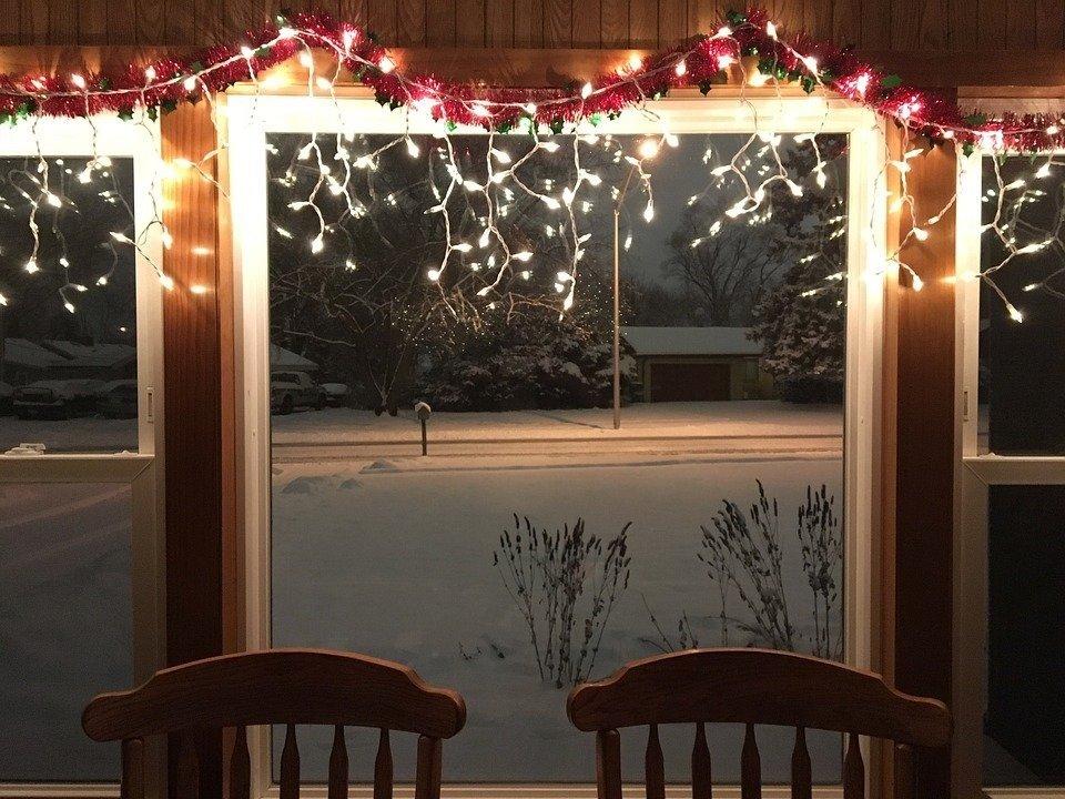 Gezellig ijspegelverlichting hangend aan de bovenkant van een raam