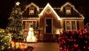 Huis dat compleet verlicht is met kerstverlichting