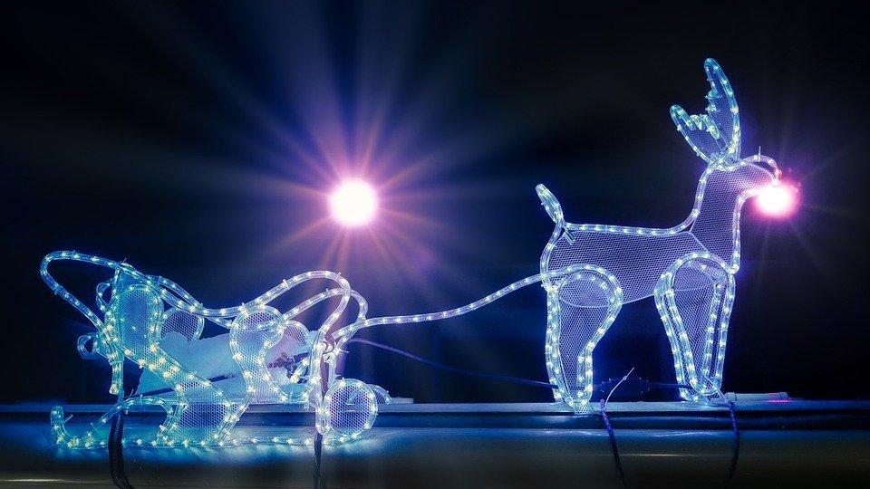 Magische foto van een verlichte kerst slee getrokken door een rendier