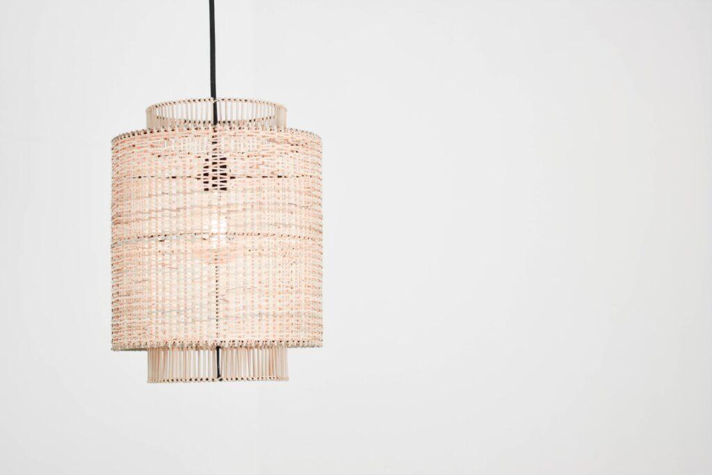Een hanglamp die op is gehangen aan het plafond